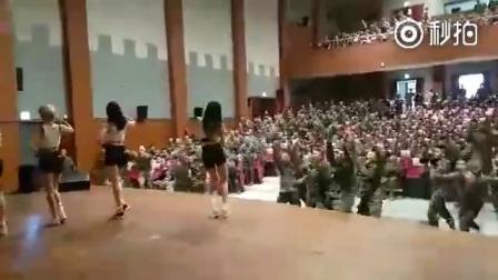 韩国女团去部队慰问,场面控制不住了哈,感_