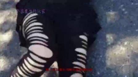 刘晓庆躺在马路上玩自拍,吸引不少群众,网友