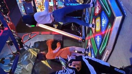 街拍游戏厅牛仔裤美女热舞