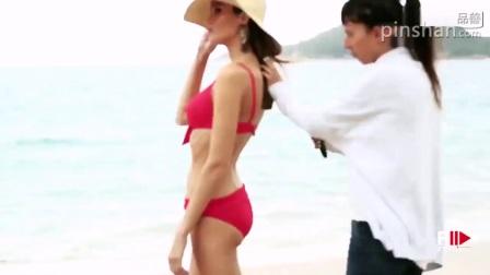 超模性感比基尼沙滩秀妩媚_露背丝绸睡衣风中起