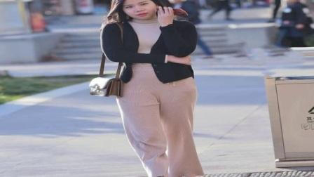 街拍蓝色牛仔短裤的美女,婀娜多姿任谁看了都会