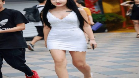 路人街拍开叉短裙的面赛芙蓉美女,微微一笑令人