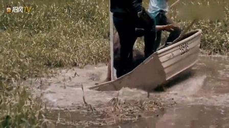 动物猎奇:好惊险!几名男子河里抓鳄鱼,差点