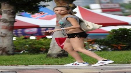 街拍两位极品的时尚短裤的职场美女,迷人的大