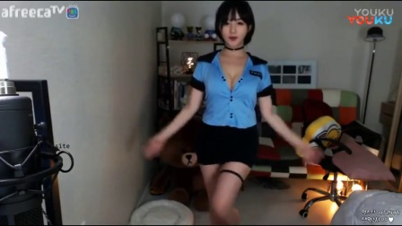 BJ韩国女主播韩金娜热舞,紧身翘臀低胸漏乳装大