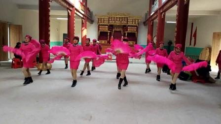 点击观看《高安欣悦广场舞 红红的中国结 气势十足的扇子舞 牛掰》