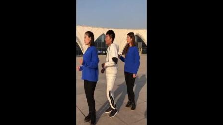 帅哥美女组合鬼步舞广场舞齐舞表演