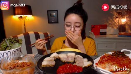韩国美女吃拌面、菜包五花肉, 配泡菜大口塞