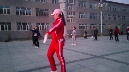 朗乡局广场舞 背后发光的领舞美女。广场舞 林区