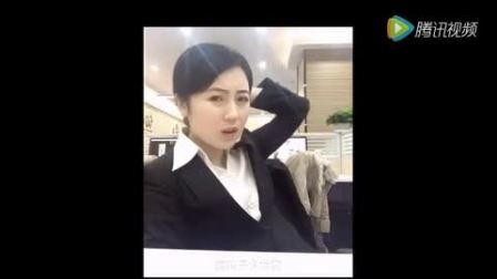 办公室白领的她上班时间偷偷恶搞同事, 被同事发