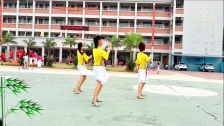 红领巾广场舞 今世有缘 学校操场广场舞 小孩子围观脸红