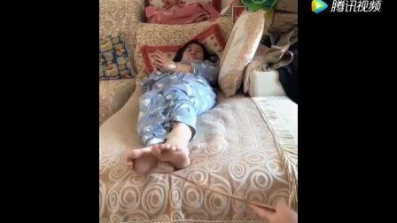 熊孩子恶搞睡觉的妈妈, 估计事后会被打惨的
