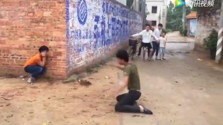 一小伙故意恶搞路人, 结果把路人吓的拔腿就跑