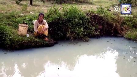 农村美女用最简陋的竹竿钓鱼,钓起的黑鱼够晚