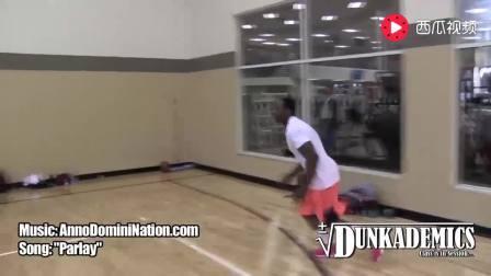这样的弹跳力谁能做到? NBA的扣篮王都得服你
