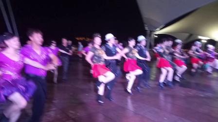 温州市江滨帆影举办《七月一日三步踩金银铜排练和水兵舞表演》