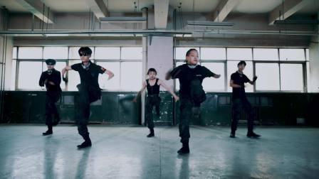 点击观看《这几个妹子跳的爵士舞有点撩人呀,撩得人火急火燎的》