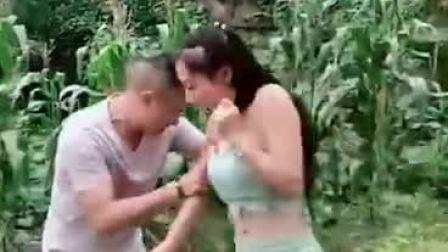 搞笑小视频:我以为你要劫西瓜咧!