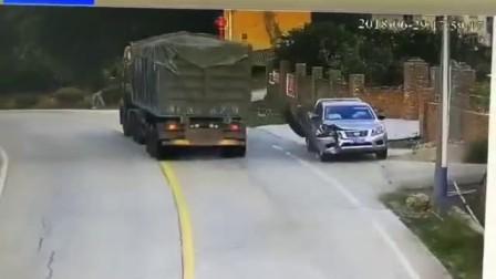 监控拍到大车轮胎脱落瞬间