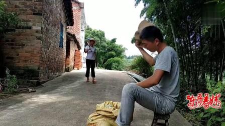 搞笑视频:小伙卖西瓜,只因说错一句话,美女