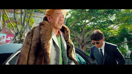 男子大夏天穿冬装,热的满头大汗也不脱,就为显摆自己的貂皮大衣