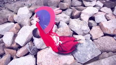 点击观看《中国舞 用一把美人扇称起了整个舞蹈》