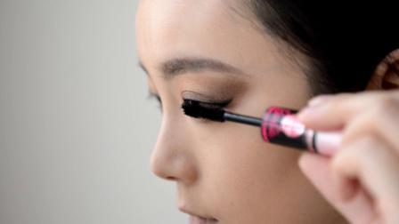 美女教你化大眼潮妆,只要几样化妆品,就能有超级好的效果!