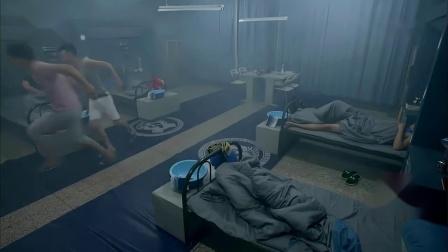 训练了一天睡得正香,没想到教官居然来这一出,所有人都吓懵了