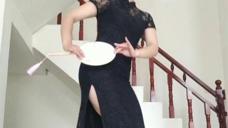 点击观看《聪儿广场舞《桃花渡》旗袍团扇舞糖豆广场舞课堂君君老师编舞》