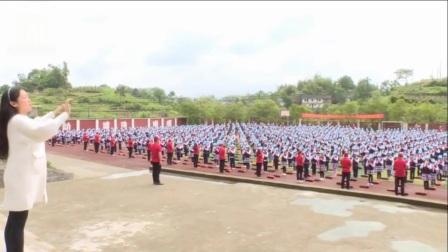 实拍重庆千名小学生同吹葫芦丝 悦耳动听令人回味