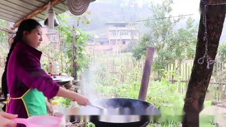 幺妹准备了酸菜鱼和蒸板鸭招待4姐朋友, 一桌农家菜吃得心满意足-