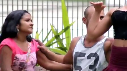 巴西街头恶作剧之小姐姐求助挠挠恶搞情侣