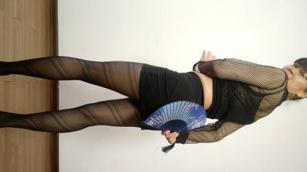 点击观看《晨风广场舞 黑纱裙 扇子舞 跳起来!美极了》