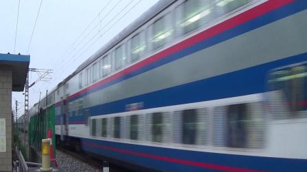 2018年7月19日拍火车——DF4DH4205牵引Y513次列车会车DF4C5013牵引Y522次列车通过顺义铁路道口