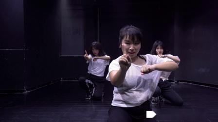 点击观看《派澜现代舞  爵士舞 Company 未来广场舞的新舞种》