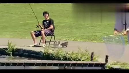 国外爆笑恶搞:这种捕鱼绝技让人羡慕嫉妒恨啊