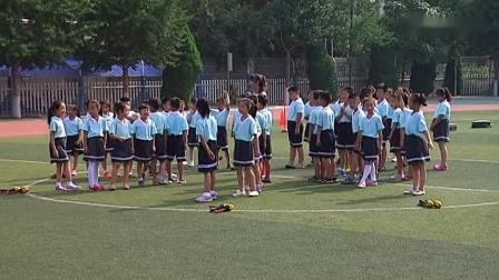 一年级体育《持轻物掷准》教学视频-李莹