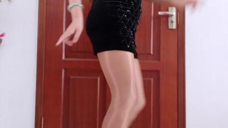 点击观看《王一丹广场舞 玩腻 简单健身广场舞视频 立马跳起来》