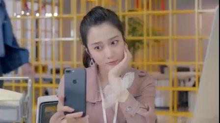 美女上班用手机自拍,不料被总裁看到,有好戏