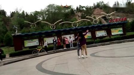 公园里一男一女翩翩起舞,这大哥要火了!