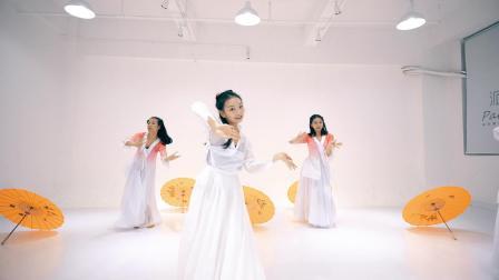 点击观看《古典雨伞和东方美女完美配合《风花雪月》中国舞舞蹈》