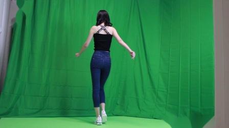 点击观看《小君舞蹈秀 青春活泼的舞蹈正背面演示》