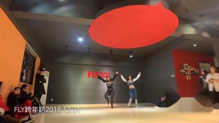 FLY舞室2018 2019跨年趴  表演类型:中老年迪斯科Swag版  表演曲目:欧美日韩广场舞串烧  表演者:静一Joey �h�hJackie