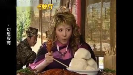 外国美女来中国,一大桌中华美食看着就馋,不会用筷子直接上手抓
