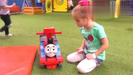 """国外小萝莉带着托马斯小火车,去""""室内儿童乐园"""",做游戏!"""