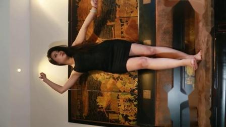 点击观看《长腿美女艾琦 抖音广场舞系列 广场上的绝对焦点》