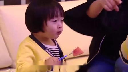 轩轩拿筷子来乱玩,冉莹颖生气直接开骂,太调皮了!
