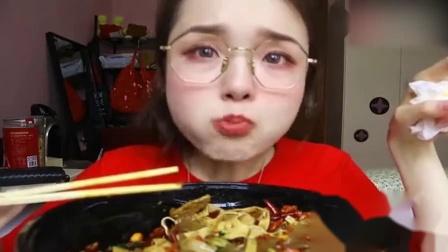 美食吃播:小姐姐吃美食,看起来又辣又好吃!