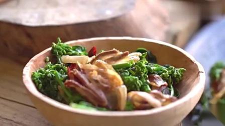 又到油菜花盛开的季节,农村小伙却用它做美食,看着好有食欲