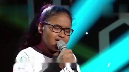 女孩说自己丑不敢唱歌,结果一首还没唱完,观众就全部起立致敬